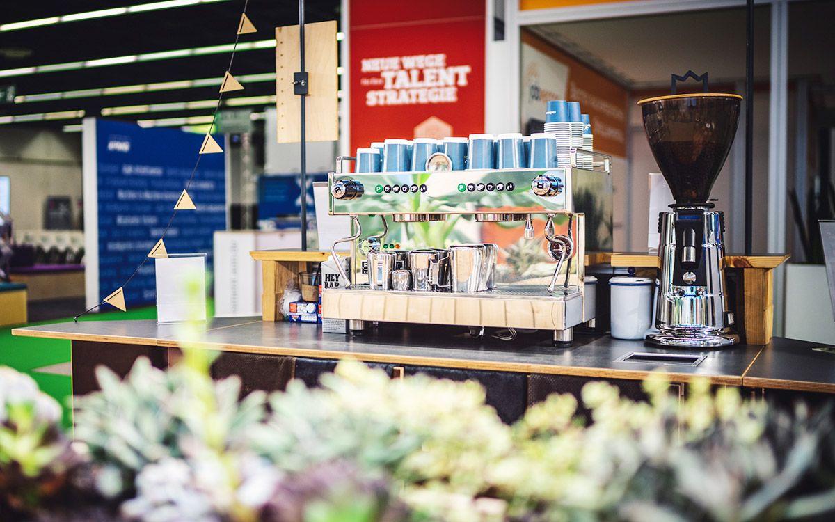 RocketExpo Messebau Köln Stellenanzeigen Kaffeemaschine